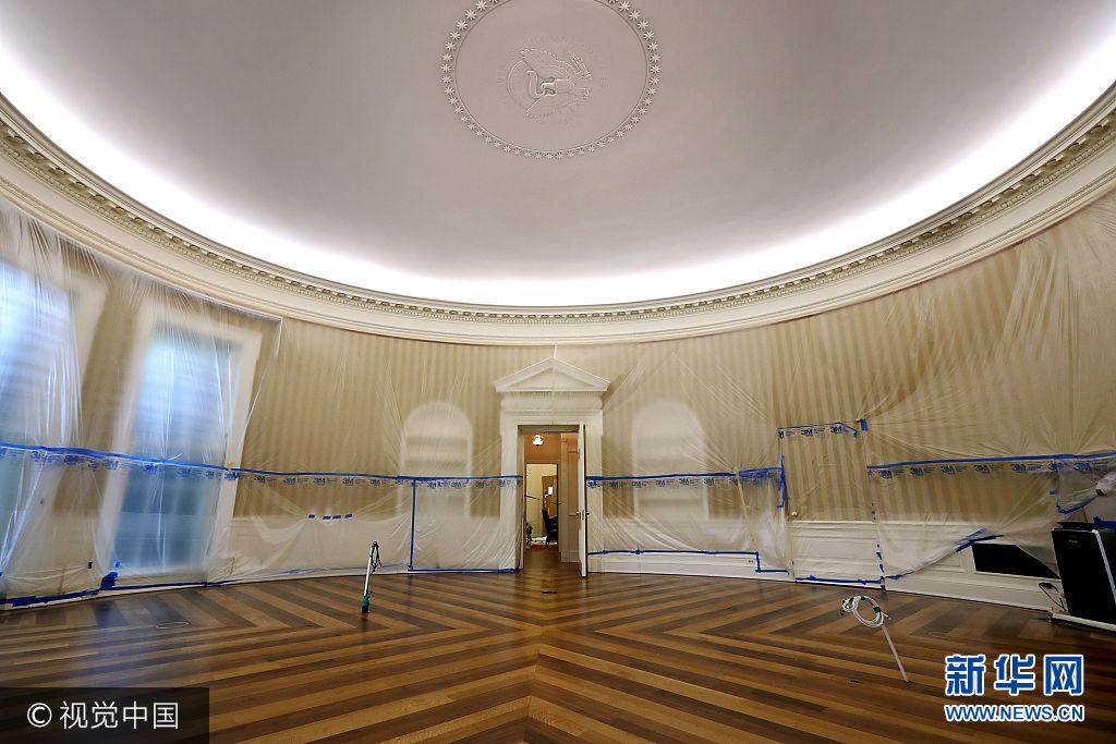 """当地时间2017年8月11日,美国华盛顿,美国总统特朗普正在进行为期17天的""""工作休假"""",白宫忙着翻修。据白宫方面介绍,此次翻修改造由美国总务管理局负责,主要针对白宫西翼办公楼,须在特朗普返回华盛顿前完成。***_***WASHINGTON, DC - AUGUST 11: The Oval Office sits empty and the walls covered with plastic sheeting during renovation work at the White House August 11, 2017 in Washington, DC. The Government Services Administration is overseeing the rennovation work during the two week project to update and repair the working area of the White House, including a replacement of the 27-year-old White House heating, ventilation and air conditioning systems. (Photo by Chip Somodevilla/Getty Images)"""