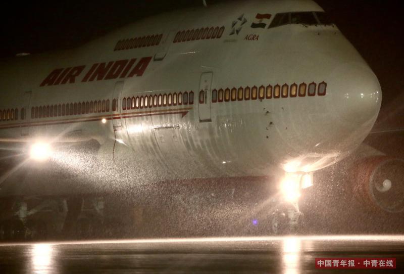 9月3日,印度总理莫迪乘专机在大雨中抵达厦门,将出席明天举行的2017金砖国家领导人厦门会晤。因雨势过大,原定在停机坪举行的欢迎仪式被临时取消。中国青年报·中青在线记者 郑萍萍/摄