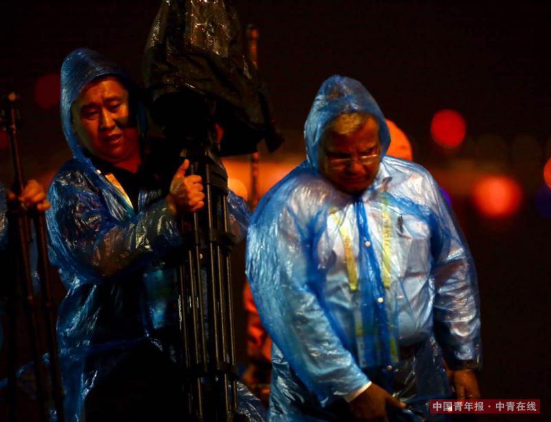 在大雨中撤退的记者,与飞机赛跑。中国青年报·中青在线记者 郑萍萍/摄