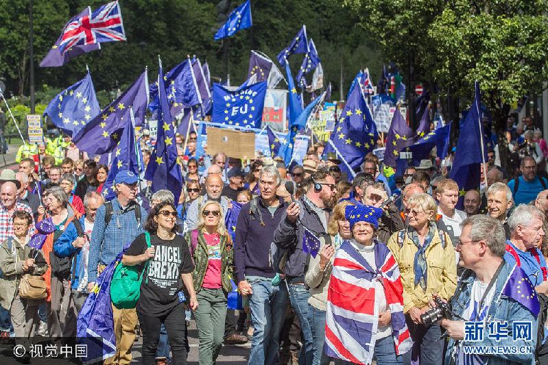 当地时间2017年9月9日,英国伦敦,亲欧盟示威者举行游行,抗议脱欧。***_***LONDON, UNITED KINGDOM - SEPTEMBER 09: Thousands of Anti Brexit activists take part in the People's march to Europe on September 09, 2017 in London, England. PHOTOGRAPH BY Amer Ghazzal / Barcroft Images