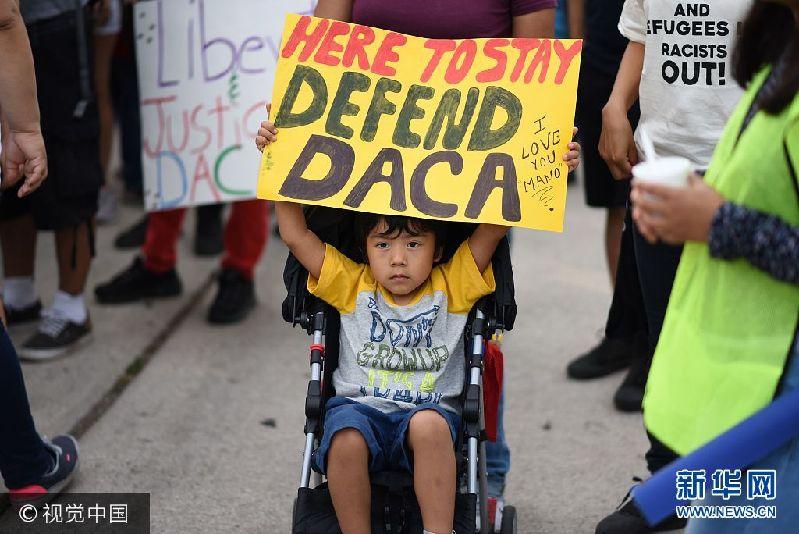 当地时间2017年9月10日,美国洛杉矶,民众持续持续抗议特朗普政府终止DACA(童年入境暂缓遣返)计划。***_***A young boy holds a sign during a protest September 10, 2017 in Los Angeles, California against efforts by the Trump administration to phase out DACA (Deferred Action for Childhood Arrivals), which provides protection from deportation for young immigrants brought into the US illegally by their parents Robyn Beck