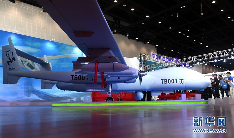 中心参观展出的双尾蝎无人机.随着中国-东盟合作的日益深入,高新