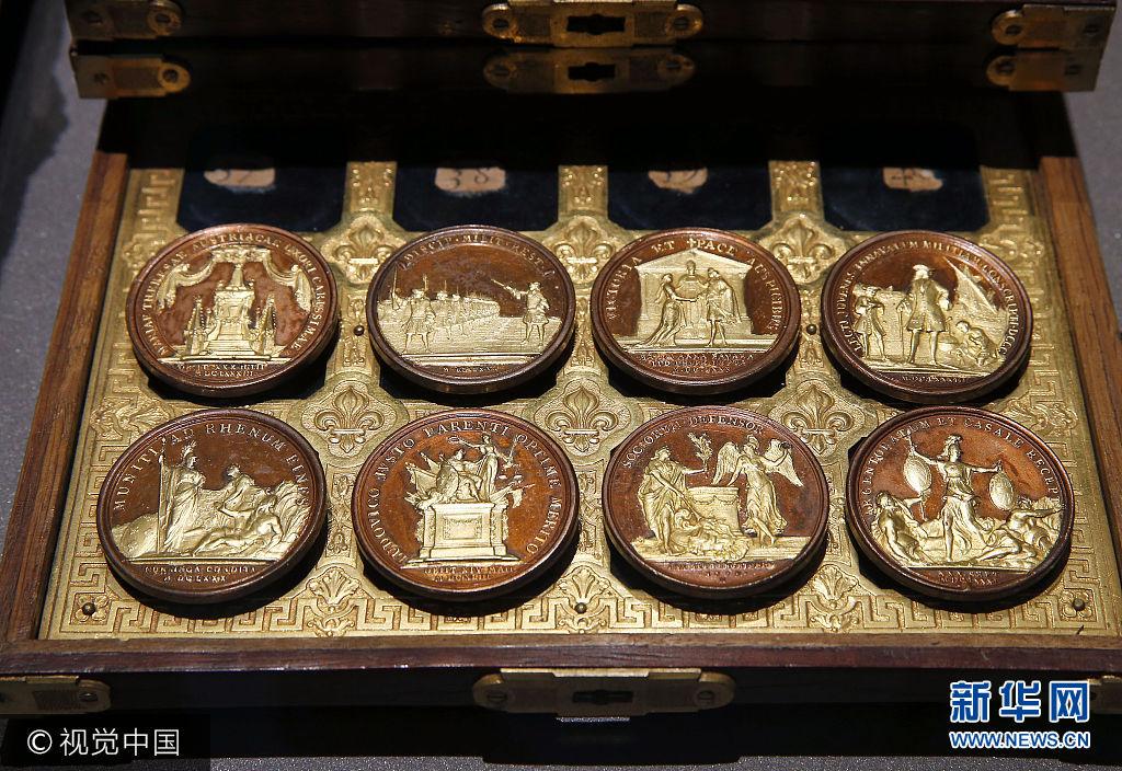 当地时间2017年9月25日,法国巴黎,巴黎钱币博物馆经6年整修后重新开放。***_***PARIS, FRANCE - SEPTEMBER 25: Medals with gold reliefs from French king Louis XIV s metal gallery are displayed during the press visit at the 'Monnaie de Paris' ((Paris Mint)) on September 25, 2017 in Paris, France. After six years of renovation work, the site Parisian site reopens and offers visitors the opportunity to discover art workshops and patrimonial collections of coins and medals in its new museum named '11 Conti - Monnaie de Paris'. Paris' (Photo by Thierry Chesnot/Getty Images)