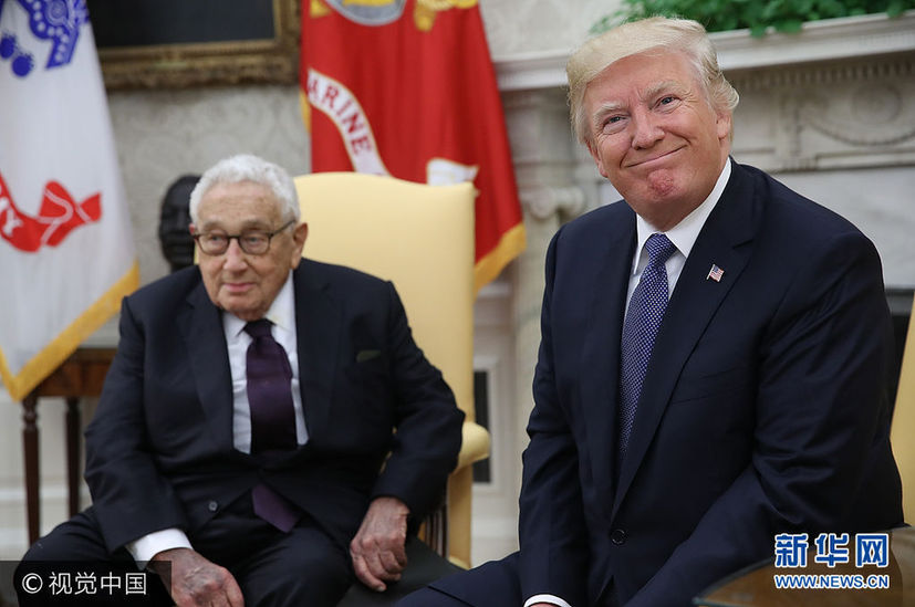 当地时间2017年10月10日,美国华盛顿,美国总统特朗普在白宫会晤美国前国务卿基辛格。***_***WASHINGTON, DC - OCTOBER 10: U.S. President Donald Trump (R) meets with former U.S. Secretary of State Henry Kissinger (L) in the Oval Office October 10, 2017 in Washington, DC. Trump answered a range of questions during the portion of the meeting that was open to the press, including queries on Secretary of State Rex Tillerson. (Photo by Win McNamee/Getty Images)