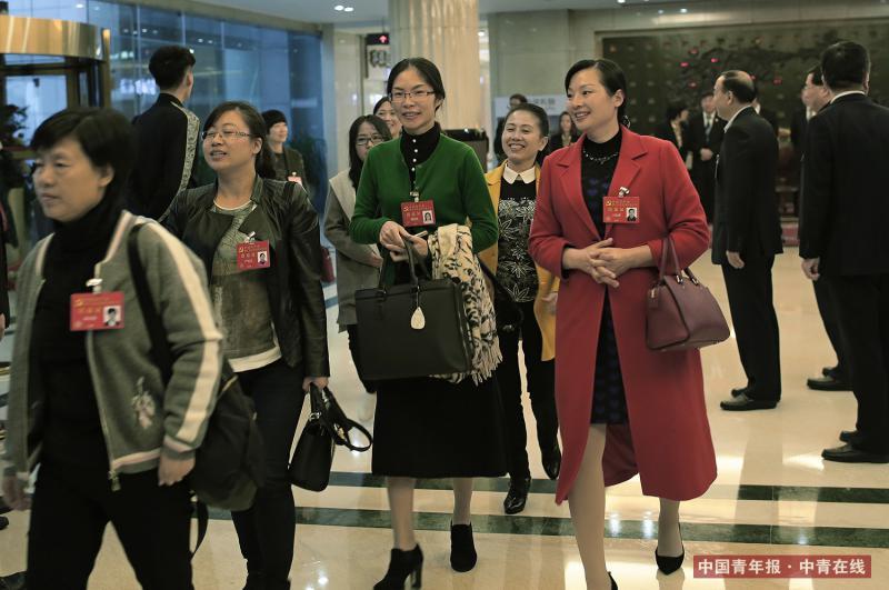 10月15日,北京中国职工之家饭店,来自重庆市的党的十九大代表抵达驻地。中国青年报·中青在线记者 赵青/摄