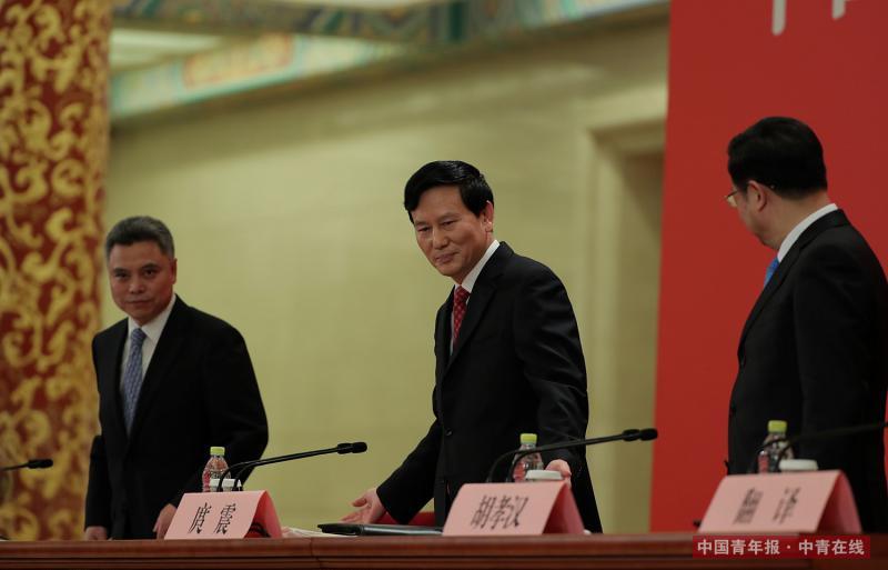 10月17日,中国共产党第十九次全国代表大会新闻发言人庹震(中)在北京人民大会堂举行新闻发布会。中国青年报·中青在线记者 赵青/摄