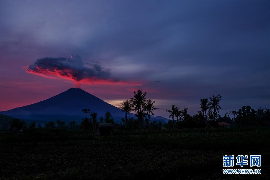 日在印度尼西亚巴厘岛卡朗阿森拍摄的阿贡火山.新华社发(维里摄