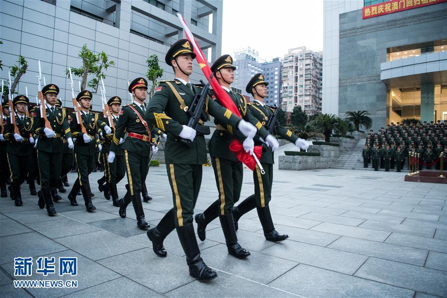 (XHDW)(1)驻澳门部队举行升旗仪式庆祝澳门回归祖国18周年