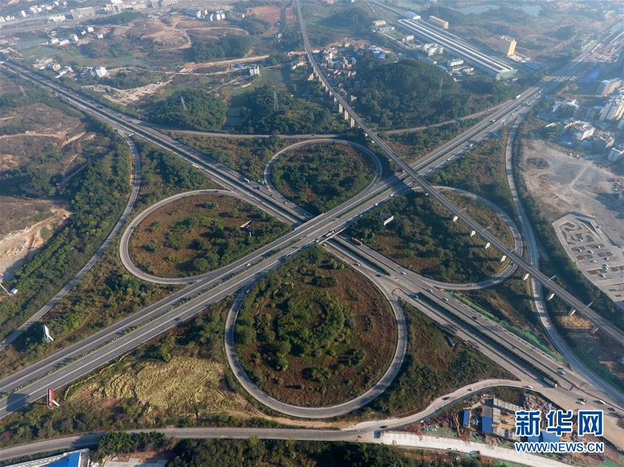这是广西南宁至柳州高速公路南宁东互通(12月21日摄).