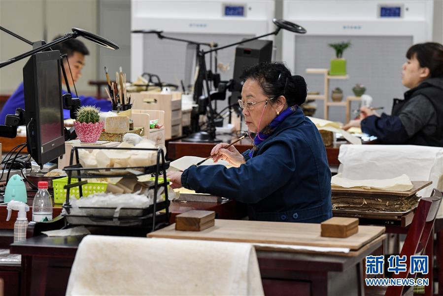 """(图片故事)(1)70岁的袁东珏:给百余部古籍带来""""新生"""""""
