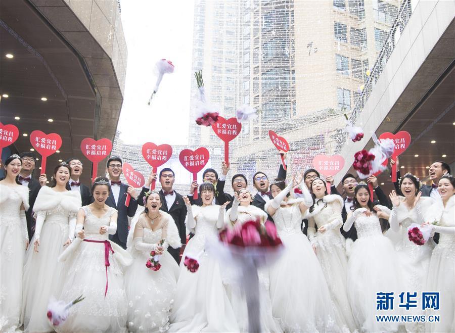 (社会)(1)工地上的集体婚礼