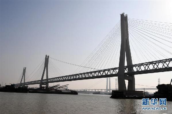 (经济)(3)蒙华铁路洞庭湖特大桥主桥工程进入收尾阶段