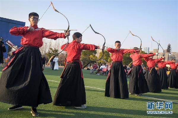 (社会)(1)安徽:大学生展现射礼文化