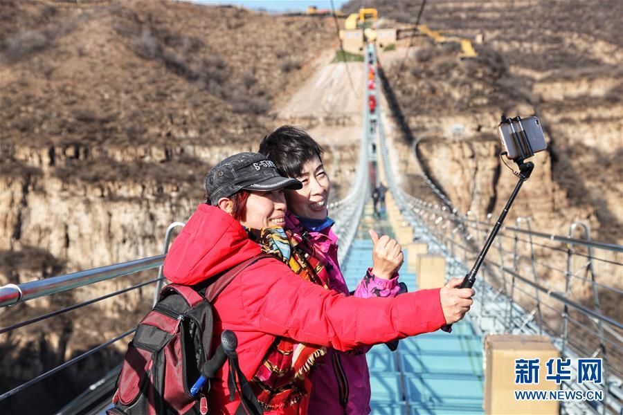 #(社会)(3)河北平山:全长488米悬跨式玻璃桥正式开放