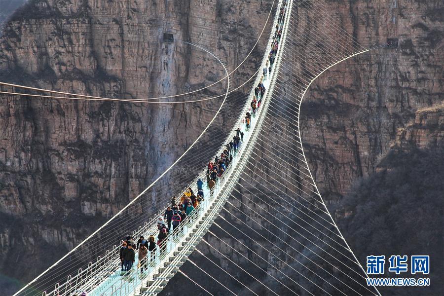 #(社会)(1)河北平山:全长488米悬跨式玻璃桥正式开放