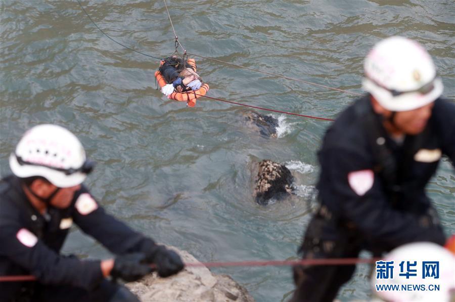 (国际)(1)秘鲁长途客车坠崖事故死亡人数升至48人
