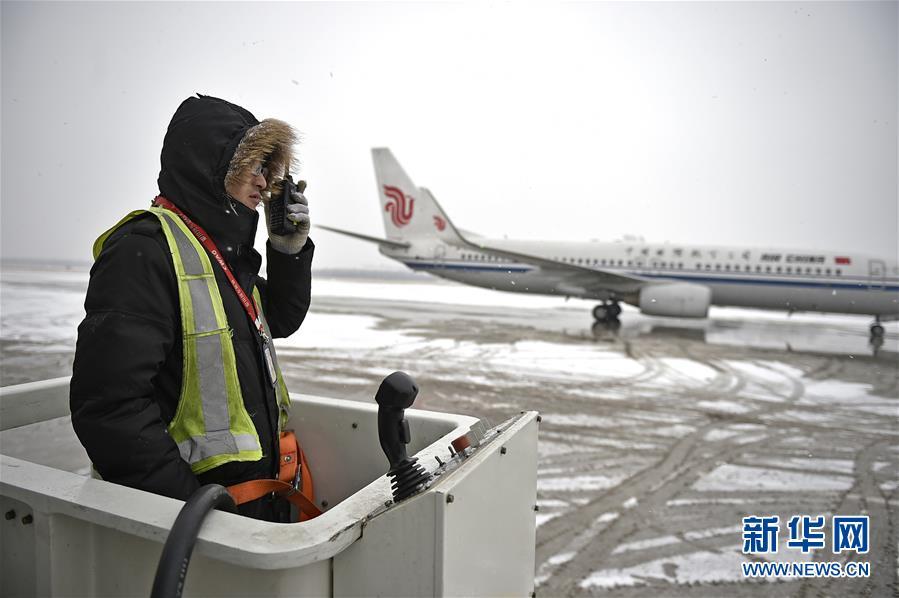 (社会)(1)冰雪中的飞机除冰师