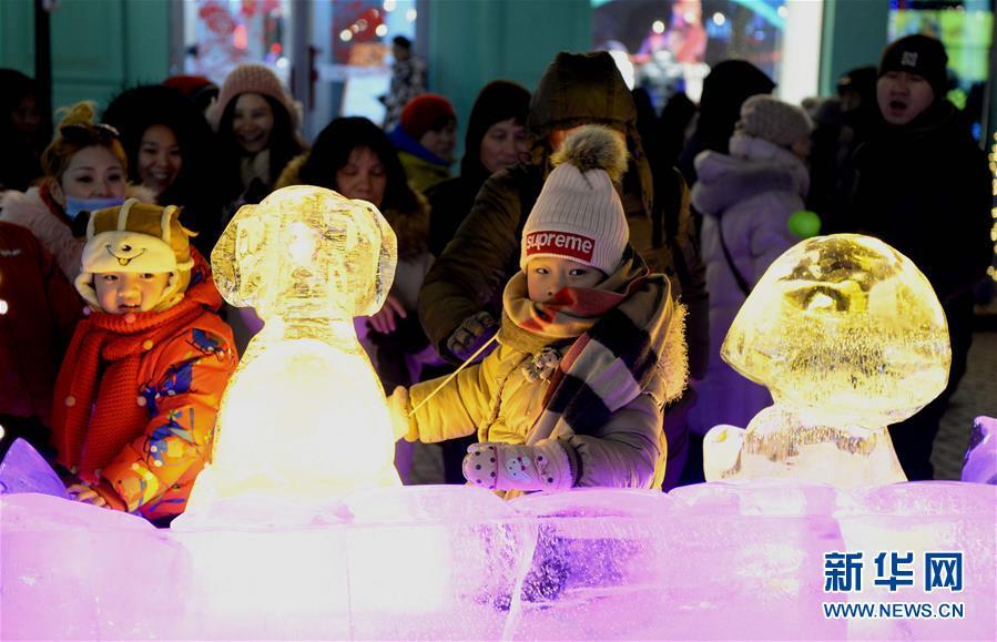(社会)(1)哈尔滨:五彩冰雕扮靓中央大街