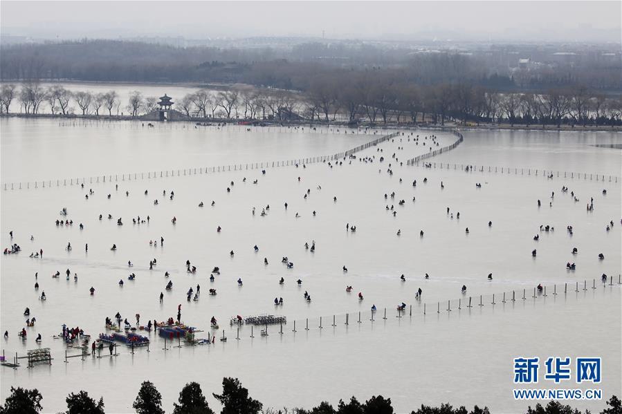 #(社会)(1)北京:颐和园里滑冰乐