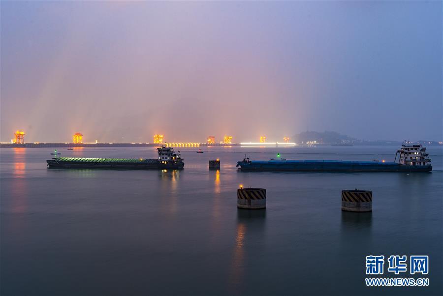 #(经济)(3)三峡工程大坝船闸通航效率再创历史新高