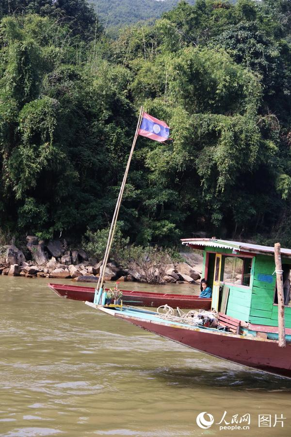 图4 老挝船民都在船头摆放鲜花绿植,祈盼湄公河水运平安。