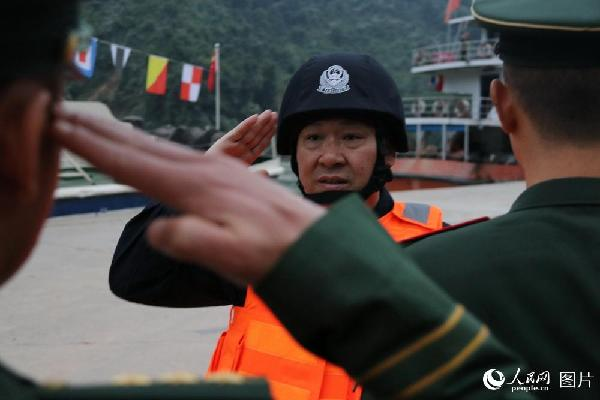 图2 云南公安边防总队副总队长李勇为参加联巡执法的边防警察送行,一一握手敬礼。