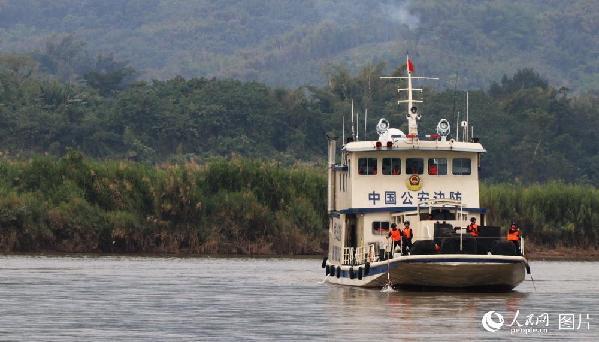 图5 湄公河是5级航道,暗滩较多,稍有不慎便会搁浅。对这种危险航道,联讯编队严谨应对,通过孟巴里奥浅滩时,每次都要两人持标杆在船头左右入水探测,同时战友持枪警戒。
