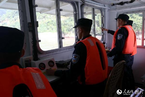 图6 驾驶舱内各号位密切配合,全神贯注,巡逻船艇在雨雾笼罩的浅滩、礁石、窄道间安全穿行。