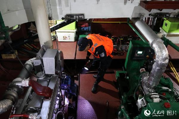 图7 作为巡逻船艇的心脏——机电舱震耳欲聋,机电警定时巡查,一丝不苟,确保设备完好,船艇强劲有力。