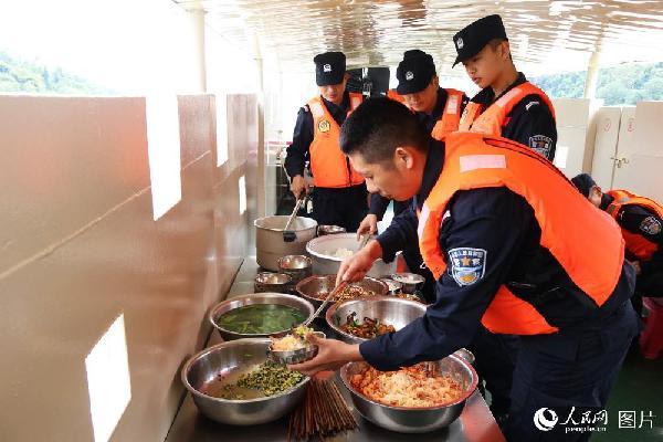 图8 巡逻船艇上是大家轮流下厨做饭,这也是大家展示厨艺的好机会,一日三餐,荤素稀干搭配。