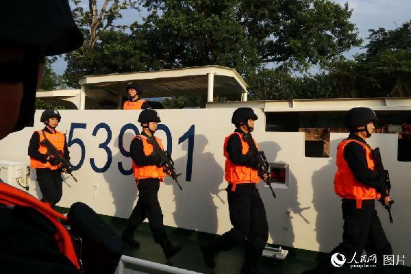 图12 这次联讯编队的指挥舰是53901舰,2017年6月被公安部授予集体一等功。这是在老挝孟莫联络点执行停靠勤务后返回船舱。