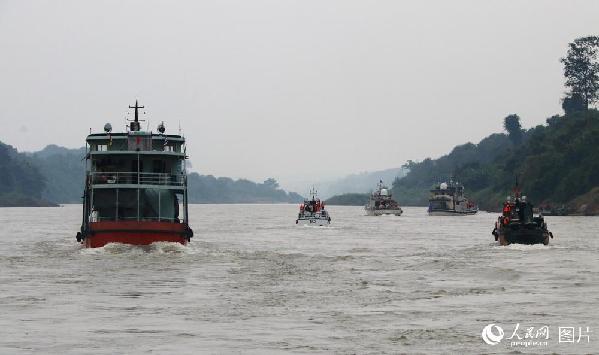 图14 联巡编队和货运商船。左侧为货运商船,右侧前面两艘大船为中国巡逻艇,中间白色小艇是缅甸巡逻艇,后边迷彩艇为老挝巡逻艇。