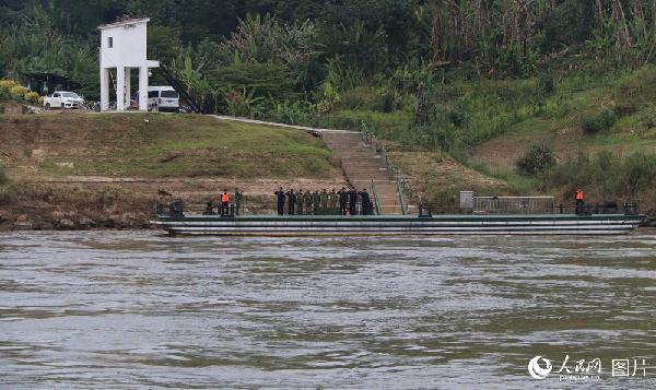 图15 联巡编队途径沿河各国港口码头时,各国值守军警都列队向编队致敬,这是老挝人民军和中国边防警察在老挝班相果联络点码头向编队敬礼。