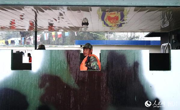 图17 老挝军人在停靠码头的老挝巡逻艇内值守。