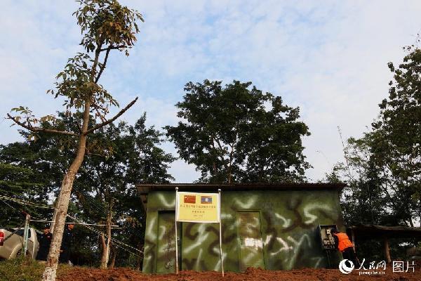 图18 联巡两年时,在老挝孟莫港,中老联巡军警共同中下中老友谊树。