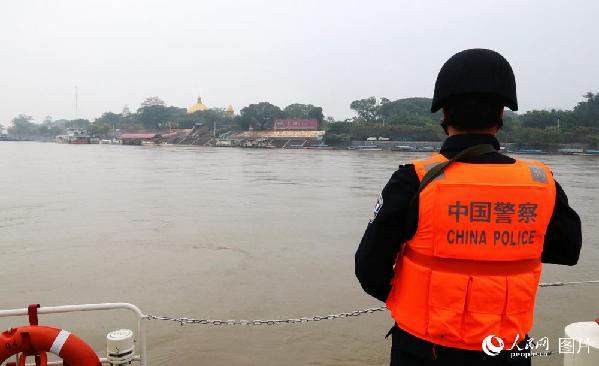 图23 联巡编队在老缅泰湄公河交汇处转弯折返。右侧大金塔是老挝金三角经济特区的标志性建筑。