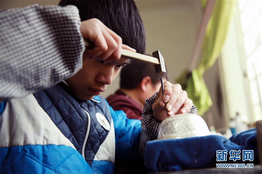 #(社会)(4)贵州黔东南:苗族银饰加工忙