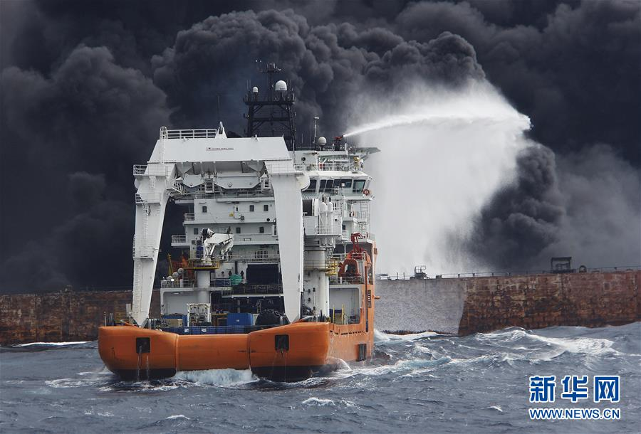 """(图文互动)(1)上海海事局:""""桑吉""""轮不断发生爆燃 搜救与污染防控工作正在紧张进行"""
