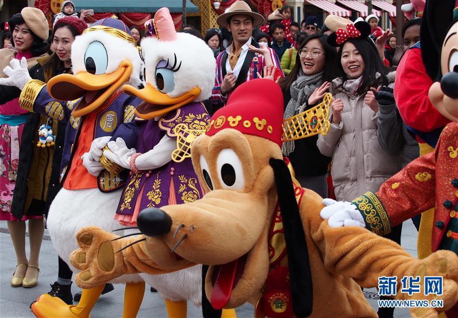 (社会)(1)上海迪士尼启动迎接中国农历狗年春节系列活动