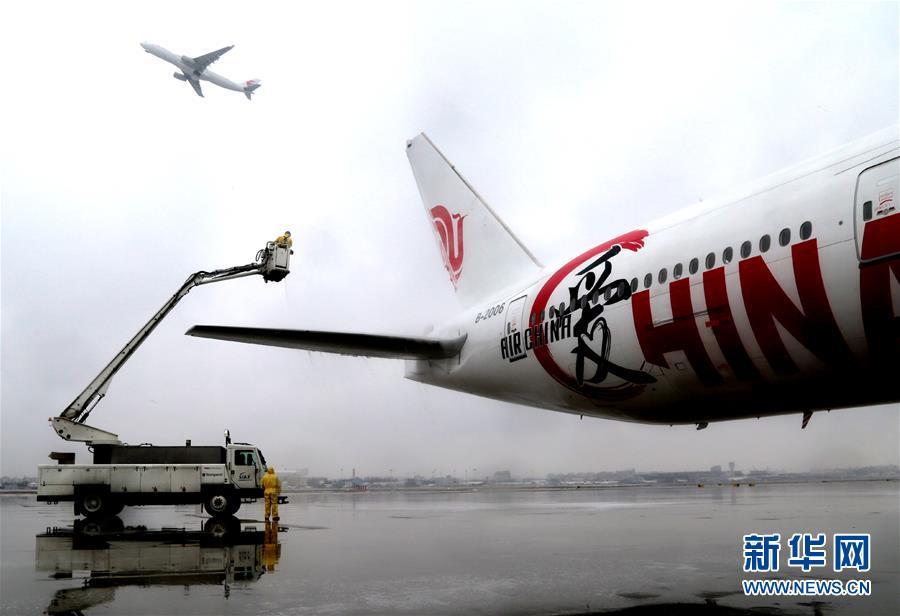 (社会)(1)上海机场为航空器除冰雪
