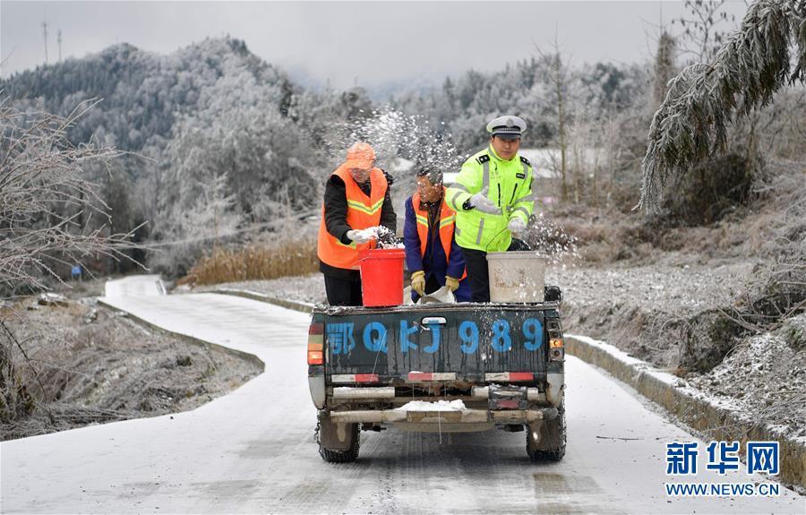 #(社会)(1)民警雪中护安全