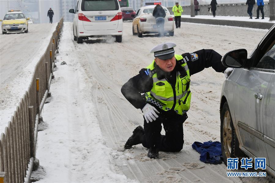 #(社会)(3)民警雪中护安全