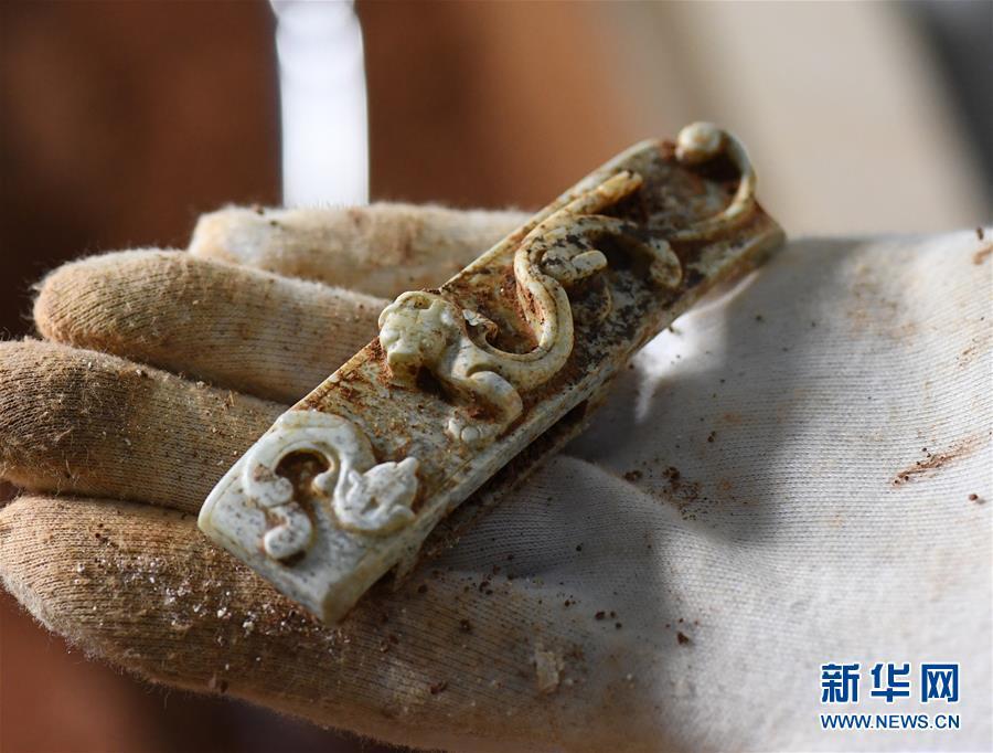 (文化)(3)海昏侯墓园五号墓主棺内提取出精美玉器