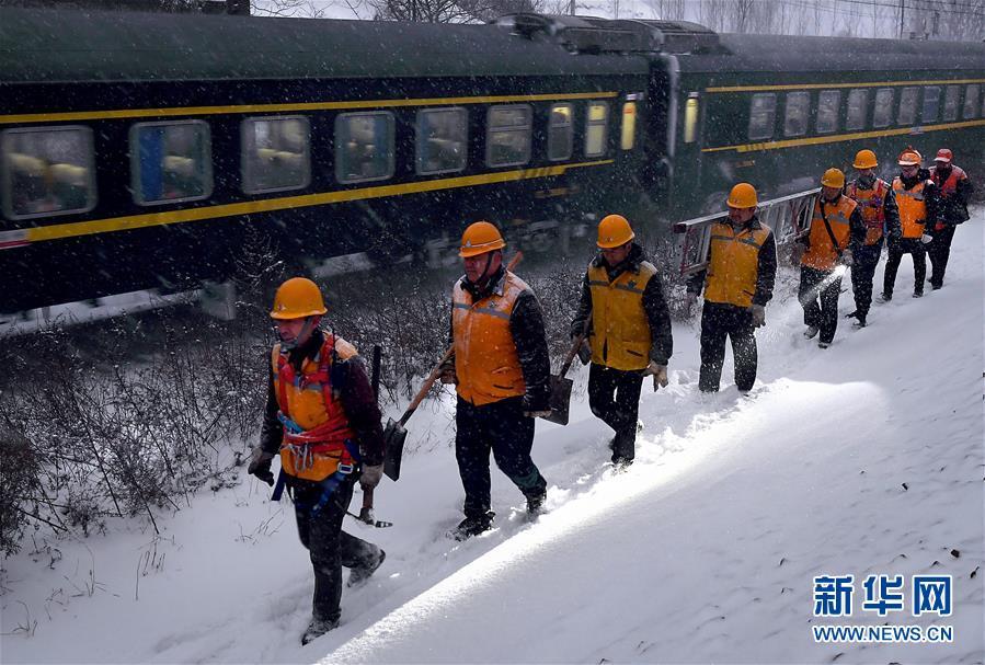(走基层 听民声·图文互动)(2)风雪铁路打冰人