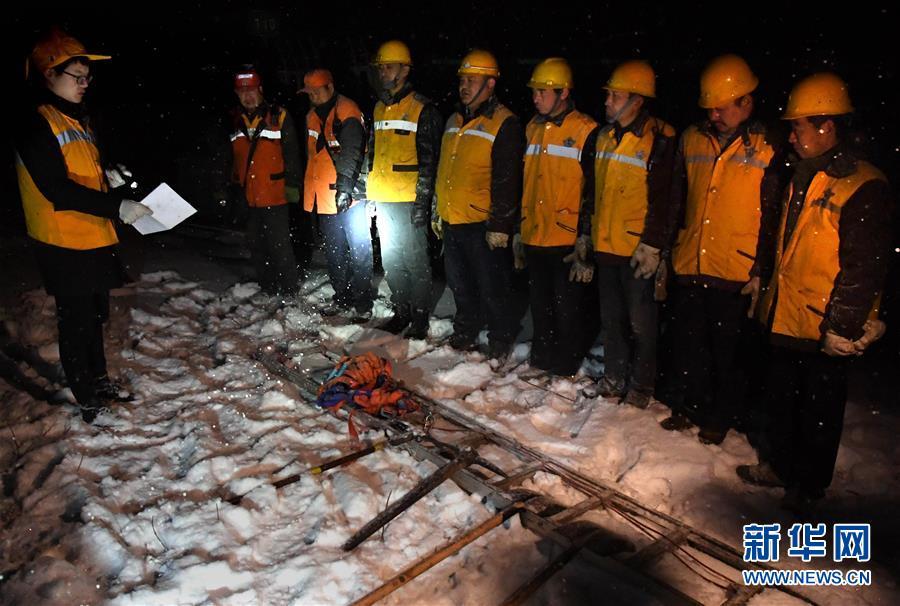 (走基层 听民声·图文互动)(3)风雪铁路打冰人
