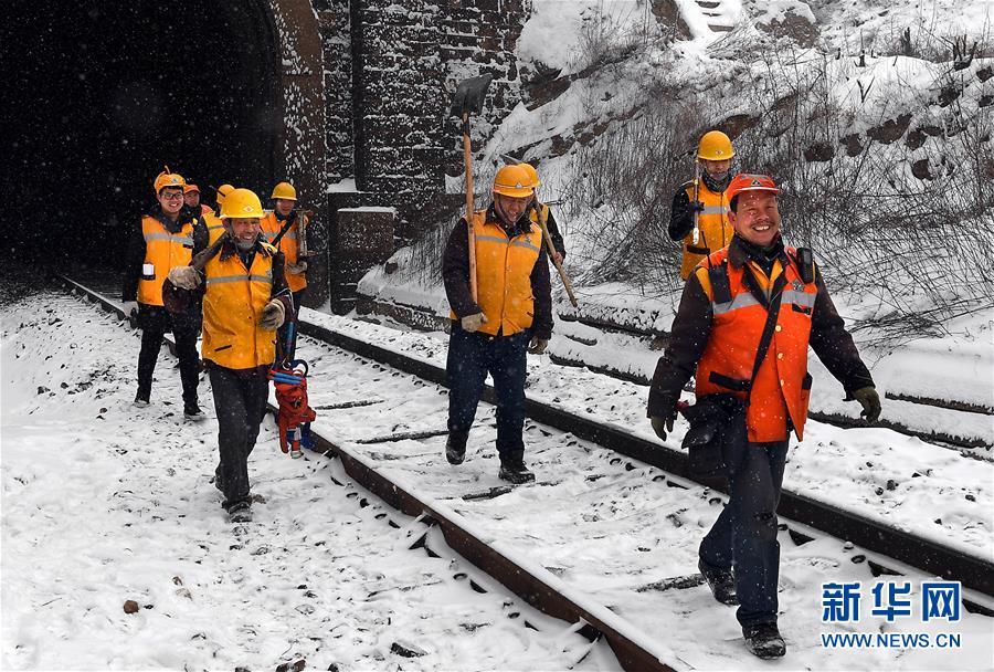 (走基层 听民声·图文互动)(12)风雪铁路打冰人