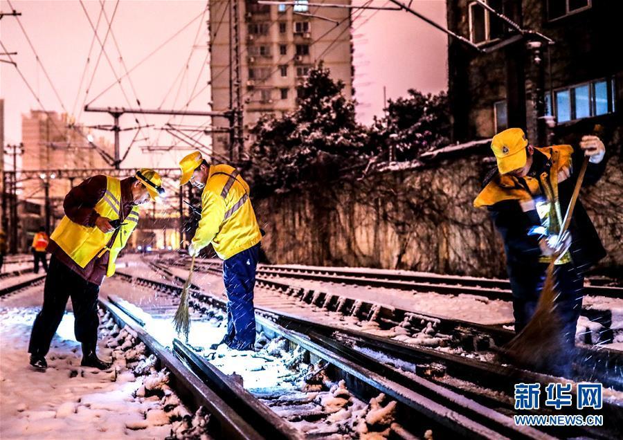 (新华全媒头条)(3)雨雪冰冻中,他们奋力前行——基层党员干群抗击冰雪灾害纪实