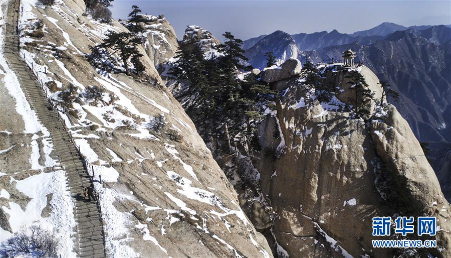 (社会)(1)华山天险扫雪人