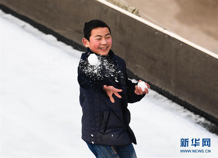 """(关注春运·图片故事)(5)求学""""小候鸟""""千里归巢记——放假启程"""
