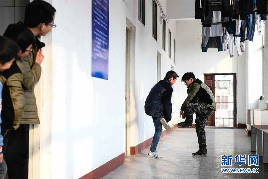 """(关注春运·图片故事)(6)求学""""小候鸟""""千里归巢记——放假启程"""